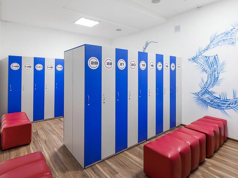 Раздевалки с большими и удобными шкафчиками в фитнес-клубе GYMBOX