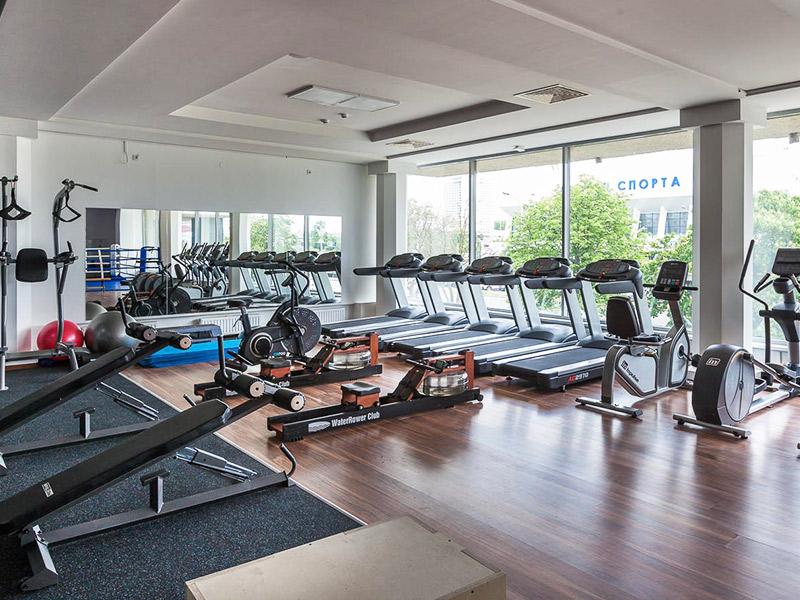 Большая кардиозона с прекрасным видом из окон, беговые дорожки в фитнес-клубе GYMBOX